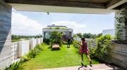 Căn nhà Việt gây ngỡ ngàng vì có công viên tuyệt đẹp trên sân thượng và giữa nhà