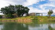 Ngôi nhà ở Cam Ranh nửa nổi nửa chìm trên đồi đá