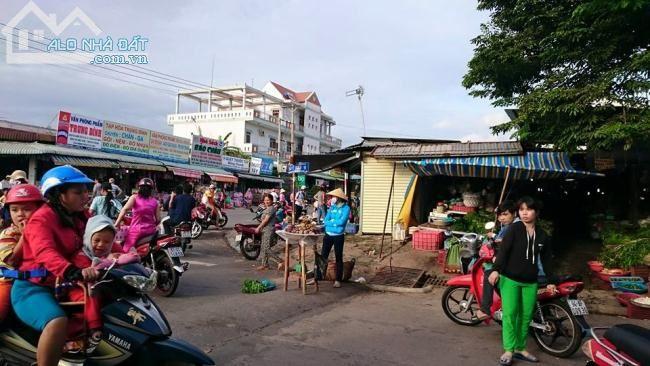 chợ dân sinh hoạt động từ sáng đến tối